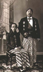 Picture of Javanese Royal Family (wearing sarong) (est. circa 1922)