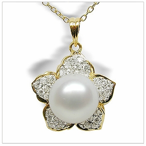 Daffodil a White South Sea Cultured Pearl Pendant