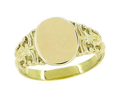 Victorian Fleur-de-Lis Oval Signet Ring in 14 Karat Yellow Gold