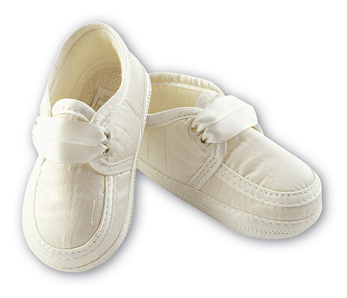 The best quality boys christening shoes for your baby! Available from Cachet Kids UK shop for immediate dispatch are the most beautiful white, ivory, black nad blue boys christening shoes in satin, cotton and leather.