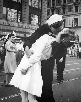 Sailor Nurse VJ Day Kiss in Times Square Photo Print
