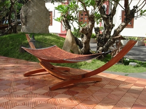 Eucalyptus Hammock Stand in Classic Arc Design by Vifah