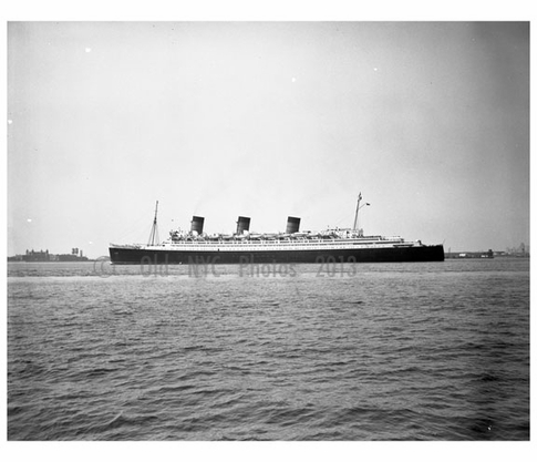 RMS Queen Mary in Hudson River 1967