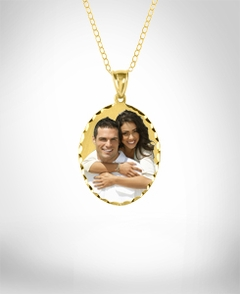 "1 1/4"" Oval Shaped Color Portrait Pendant with Dia Cut"