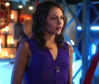 """02x06 """"Keep your enemies closer"""" Thea necklace"""