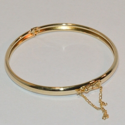 1-4018-e6 Open and Close Classic Bangle with Safety Chain. 5.5mm wide. Availbale in different diameter sizes.