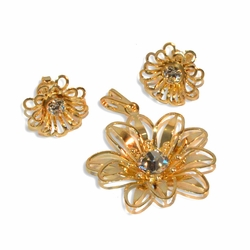 1-6330-e9 Flower Earring and Pendant set. 15mm earrrings, 28mm pendant.