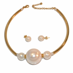 "4-7075-e110 Gold Plated Stainless Neacklace and Earring pearl Set. 18"" adjustable length, 12mm earrings. 30mm center pearl."