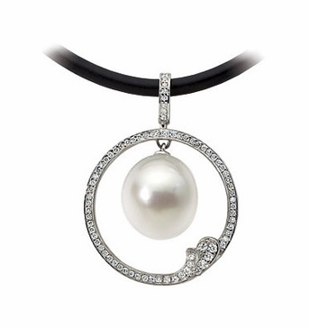 Enchanting diamond pendant with a South Sea cultured pearl