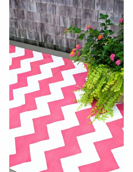 Chevron Indoor/Outdoor Rug in Fuchsia and White