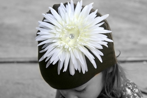 <center>Cream White Daisy/Chocolate Hat</center>