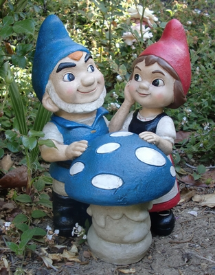 Gnomeo & Juliet with Shroom Statue - Click to enlarge